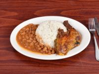 pollo asado con arroz blanco habichuelas